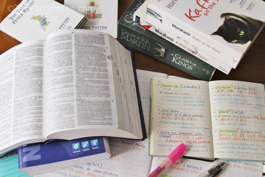 辞書やノートなど英語学習のイメージ写真