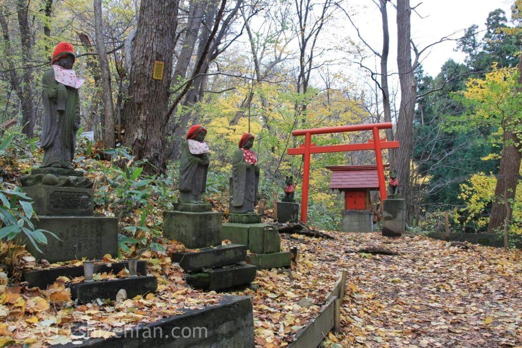 秋の札幌円山八十八ヶ所、観音像と鳥居