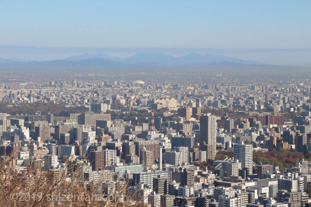 晩秋の札幌円山登山、頂上からの望む札幌の街並み、背景にうっすら山