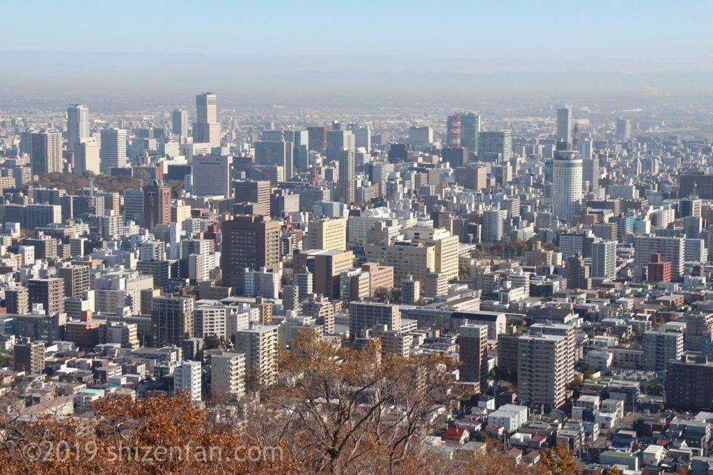 晩秋の札幌円山登山、頂上からの札幌市内のクローズアップ