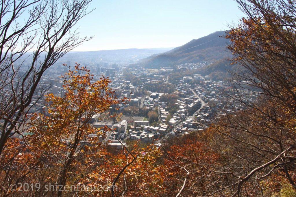 晩秋の札幌円山登山、頂上からの見る藻岩山方向