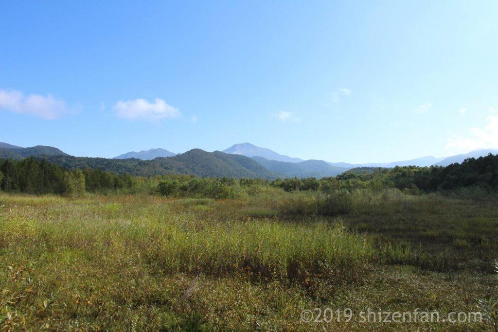 望郷公園の隣りの原っぱと朝日岳遠景