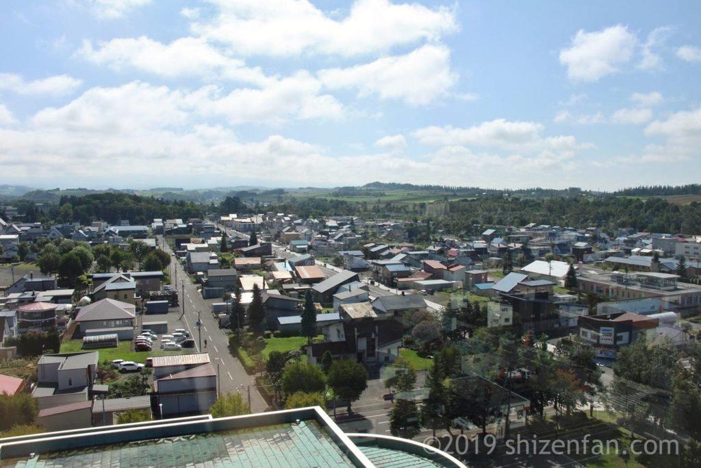 美瑛四季の塔からの眺め、奥に緑の丘