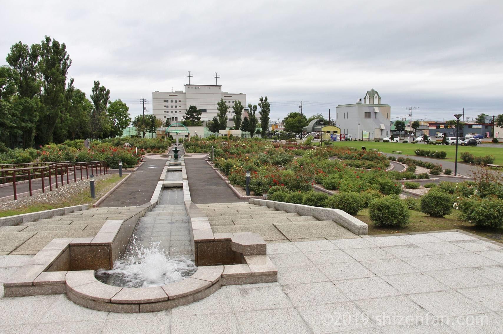 羽幌バラ園、水路と噴水の全景