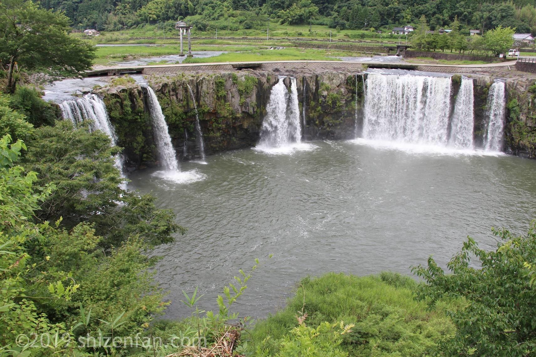 吊橋を渡った後の遊歩道から見た原尻の滝