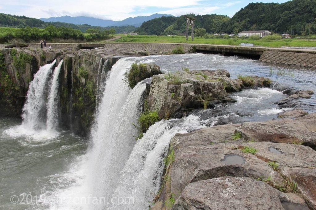 北西側から見た原尻の滝と滝の上部