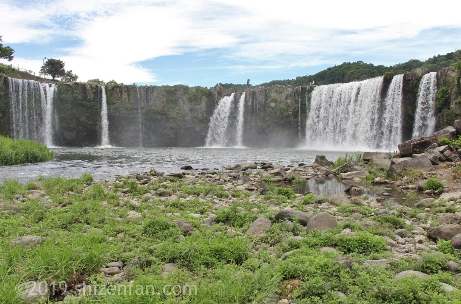 下から見た原尻の滝全景