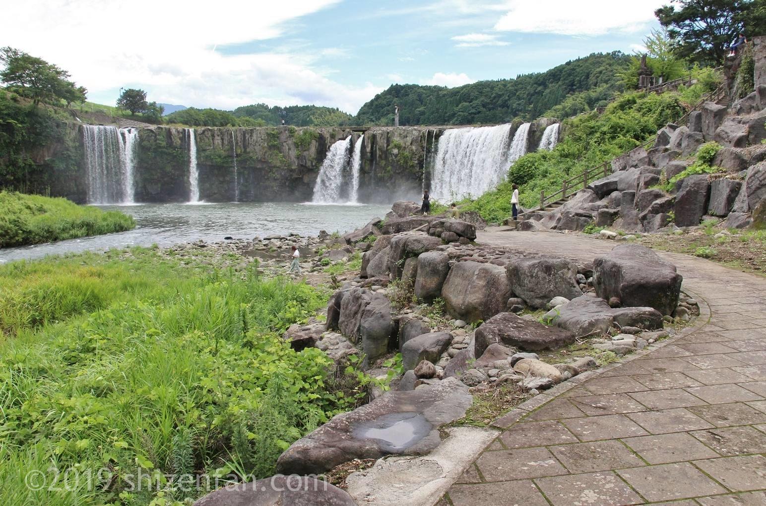 下の遊歩道と原尻の滝全景