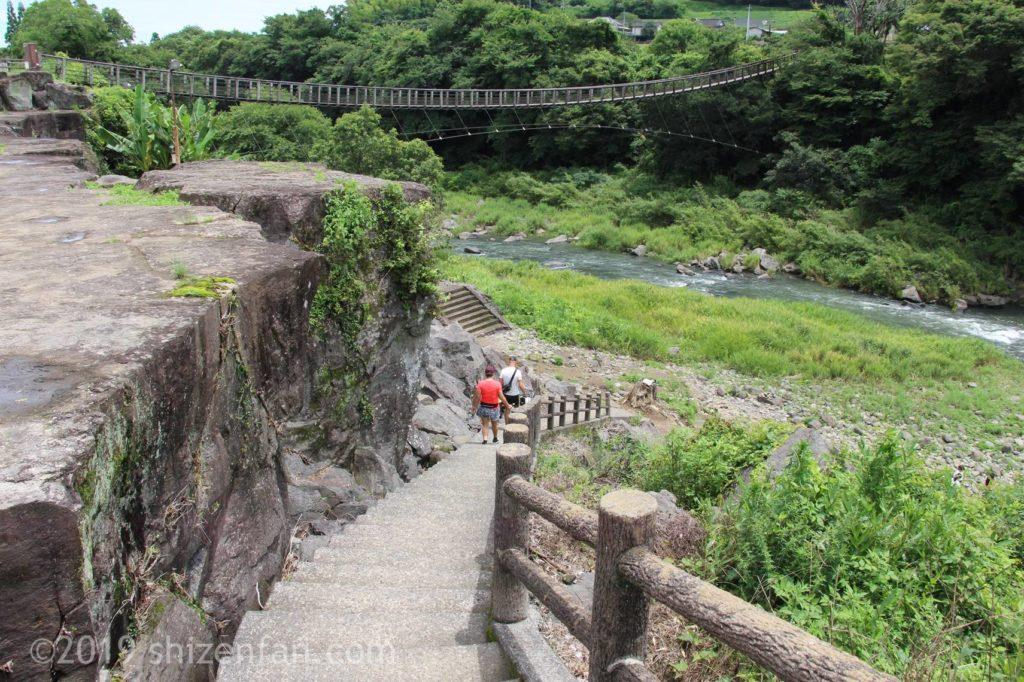 原尻の滝の下の展望広場に降りる階段