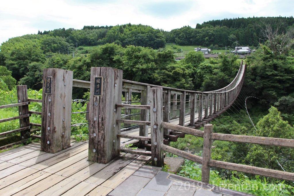 道の駅側入り口から見た原尻の滝の吊橋
