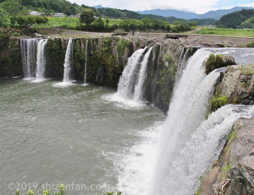北西側から見た原尻の滝