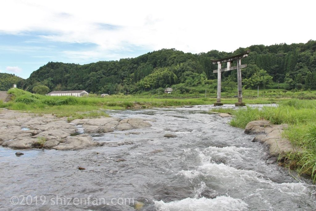 原尻の滝の上部にある二宮八幡社一の鳥居と川