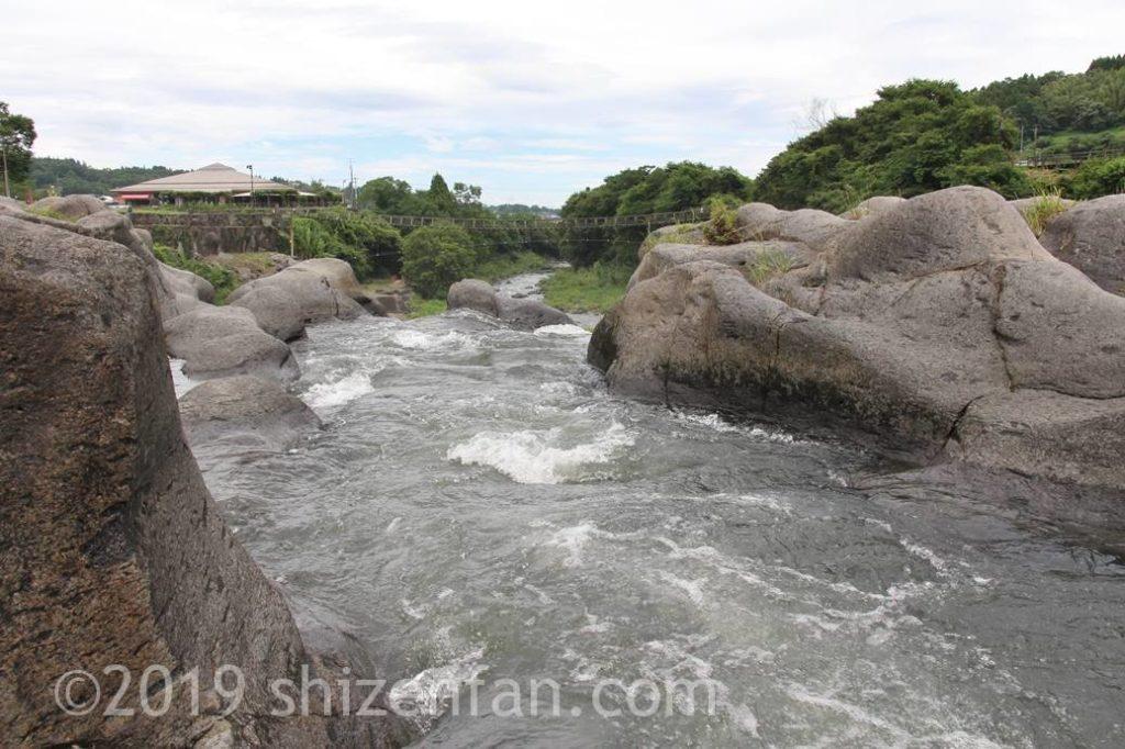 原尻の滝上部の甌穴と水の流れ