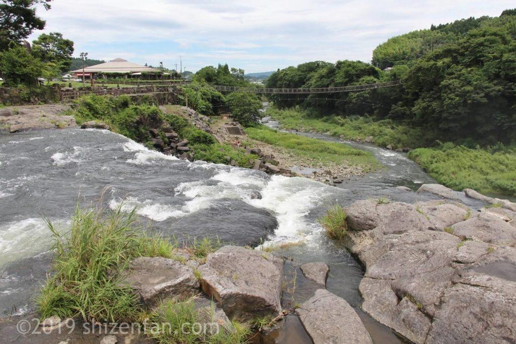 原尻の滝上部と吊橋の遠景