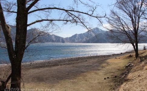 4月中旬の日光の中禅寺湖、光る湖面