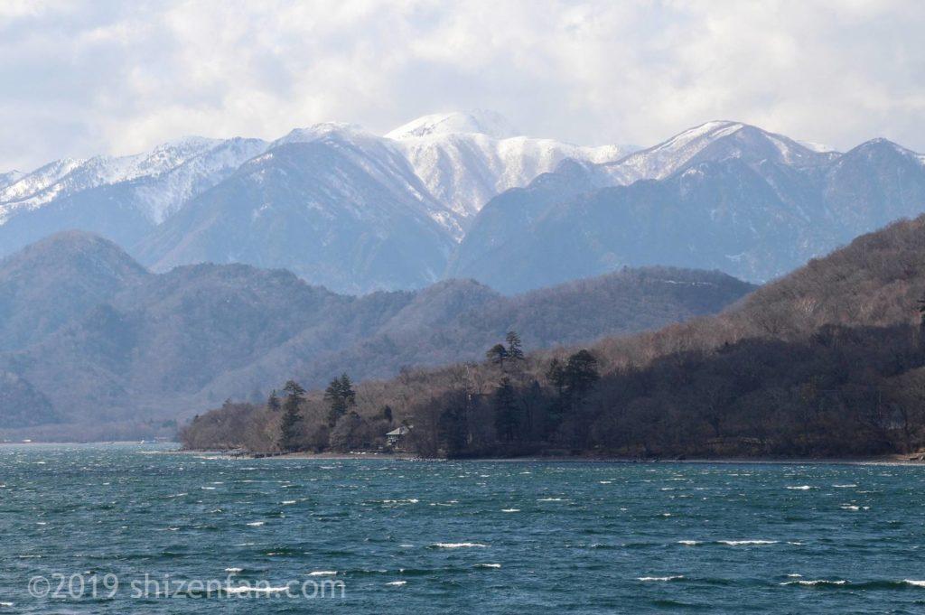 4月中旬の日光の中禅寺湖、雪の残る山々のクローズアップ