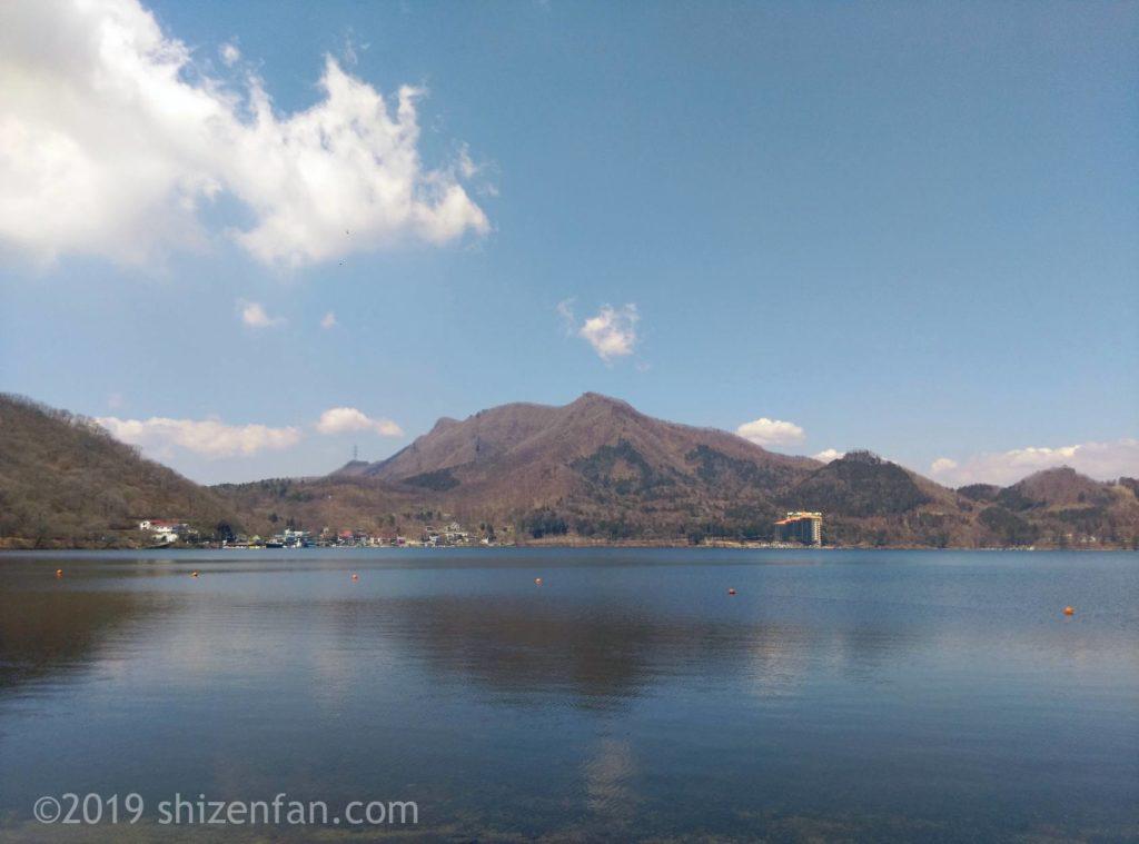 榛名湖と対岸の山