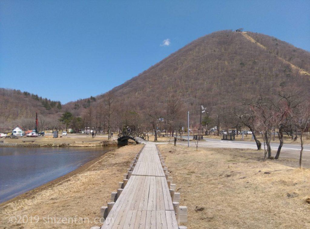 榛名湖ほとりの木道と榛名山