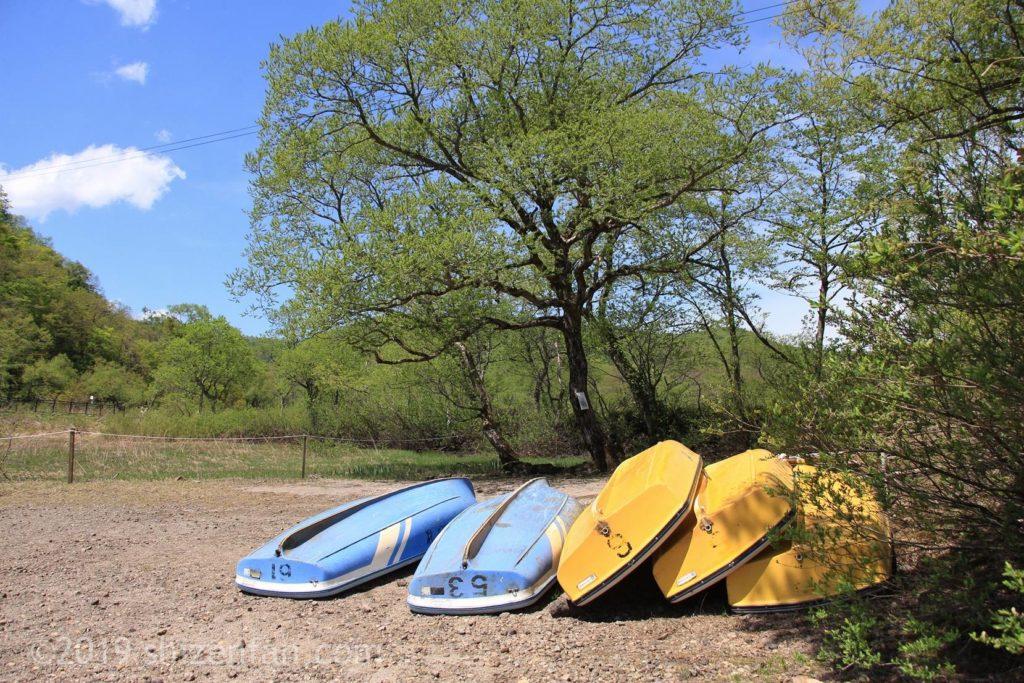 桧原湖のほとりに逆さに置いてあるボート群