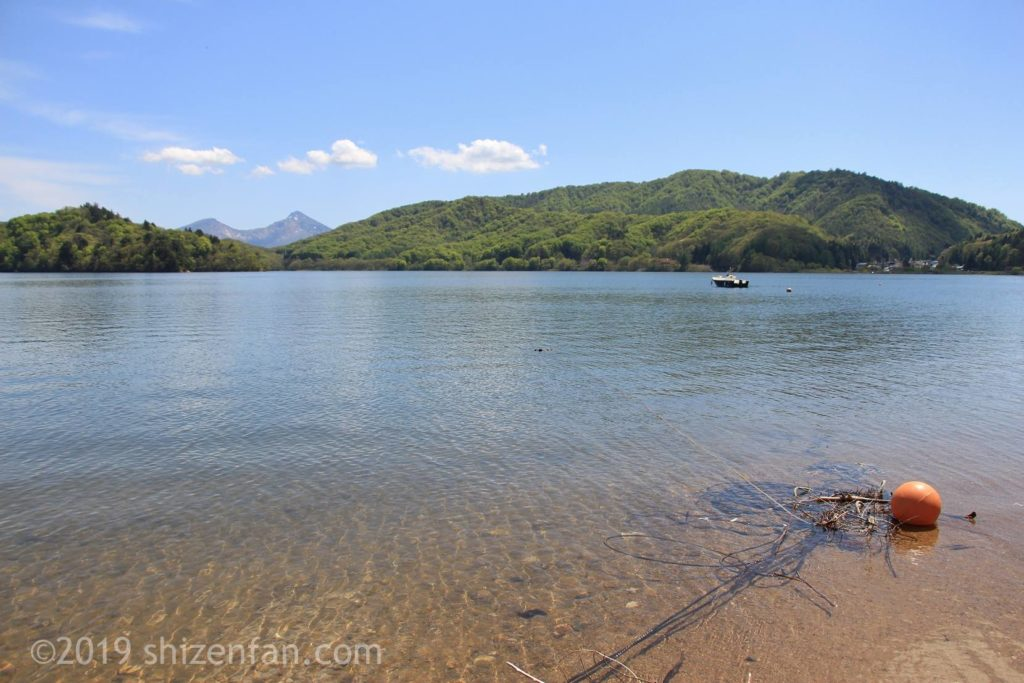 桧原湖と磐梯山、澄んだ水の浅瀬にオレンジ色の浮き