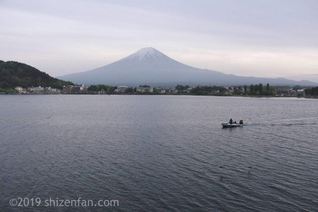 夕暮れの河口湖と一隻のボート、背景に富士山