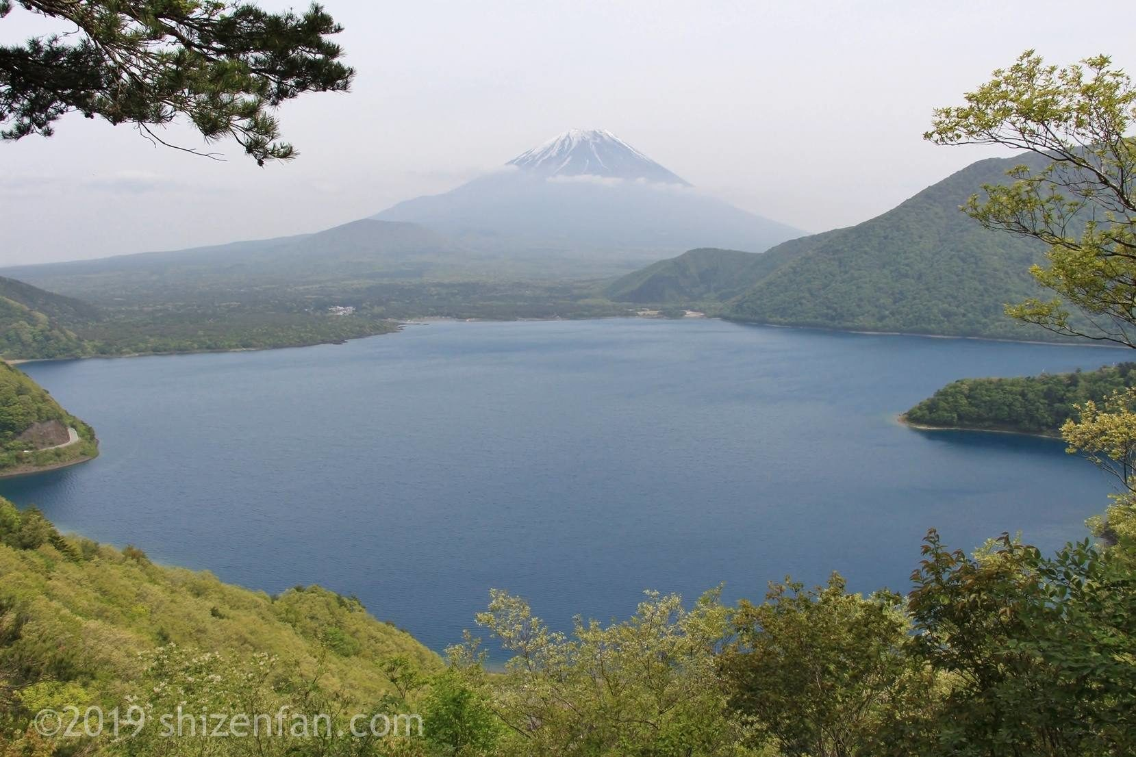 中ノ倉展望台から望む本栖湖と富士山
