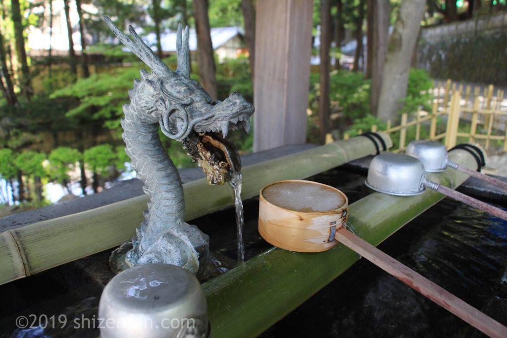 諏訪大社下社秋宮の手水舎の龍