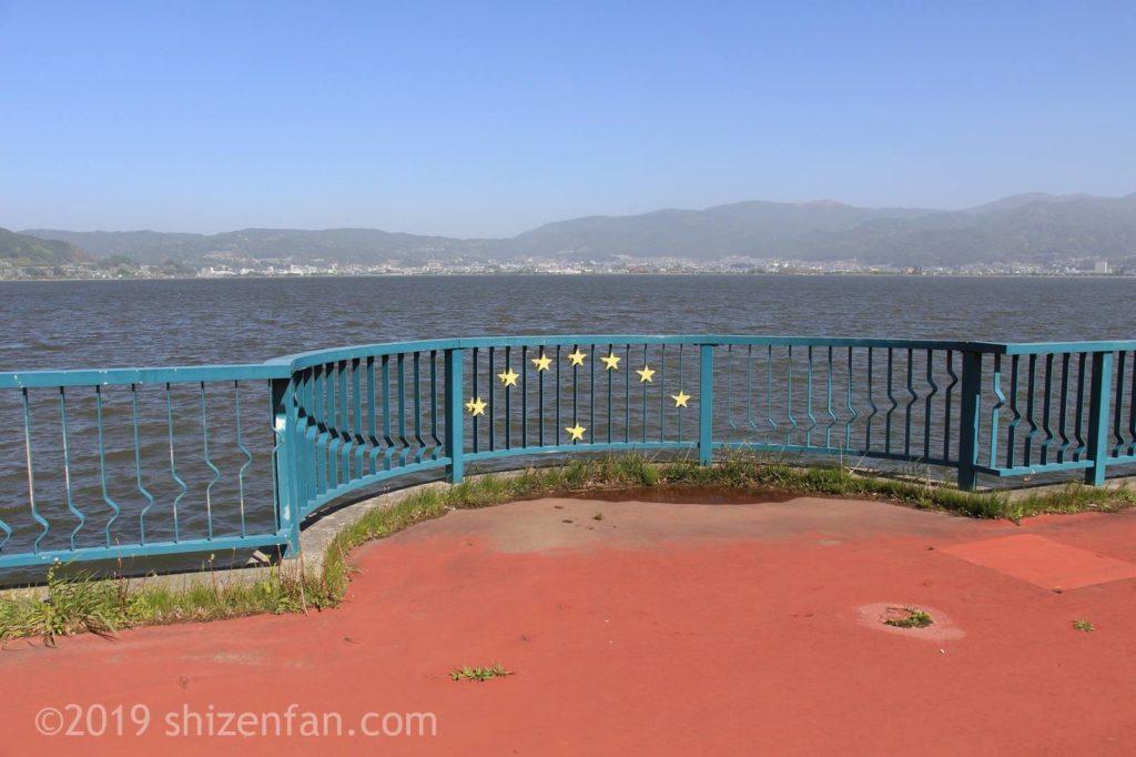 諏訪湖と湖畔の遊歩道展望デッキ