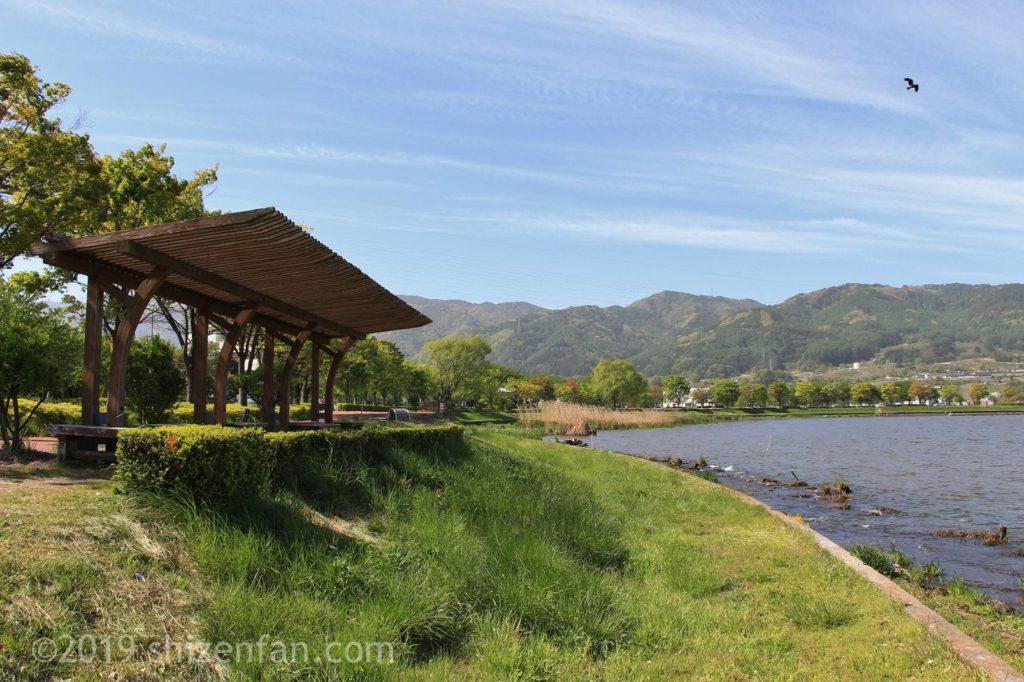 諏訪湖湖畔の屋根付き展望ベンチ
