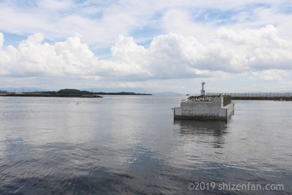 志賀島の漁港側の海と防波堤