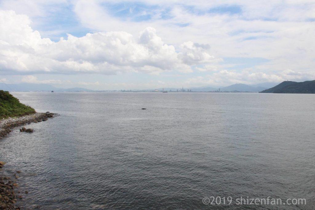 志賀島金印公園前の海から臨む博多湾と百道浜