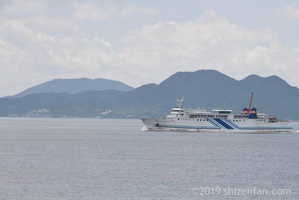 志賀島金印公園前から望む海の上を走る船