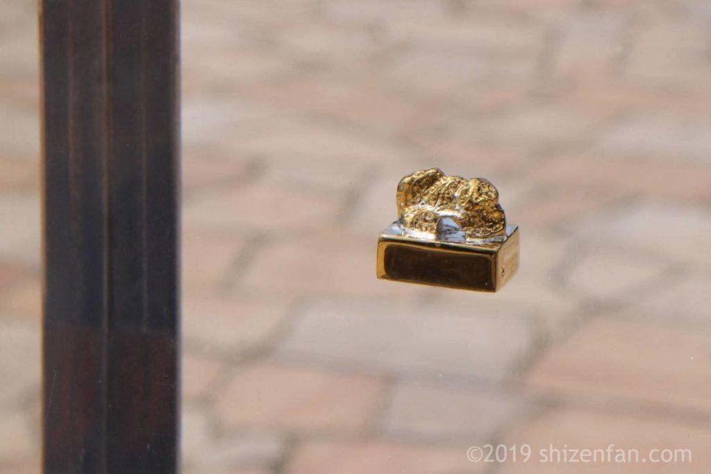 志賀島金印公園の展望広場にある金印レプリカのクローズアップ