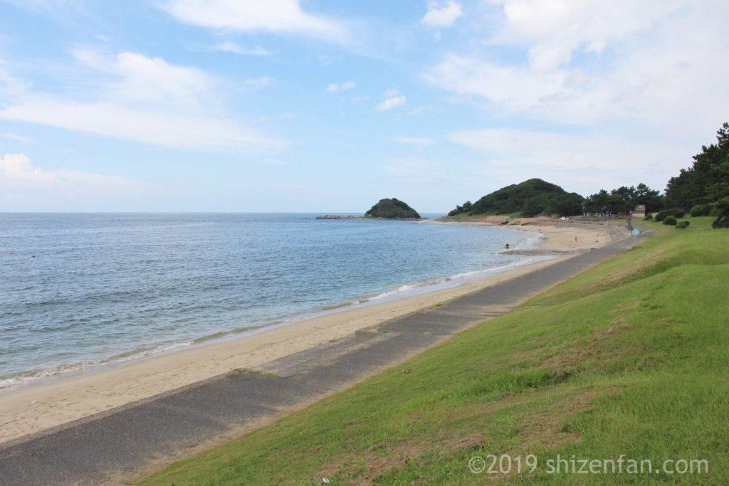 志賀島下馬ヶ浜海水浴場のビーチ全景、奥に沖津島