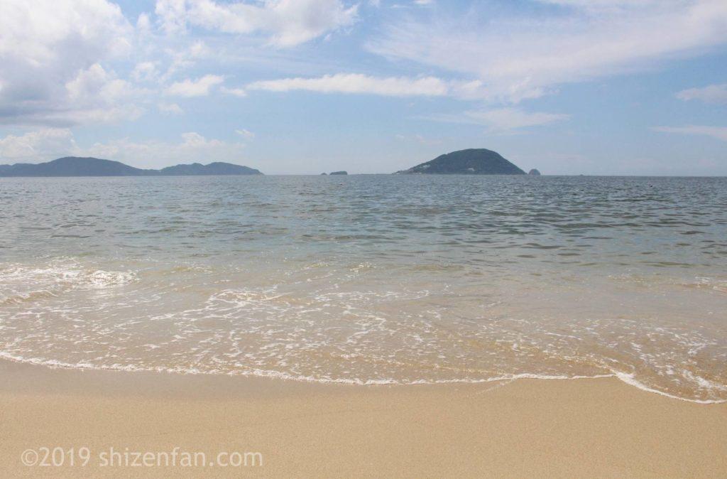 下馬ヶ浜海水浴場の波打ち際正面、海の向こうには島々