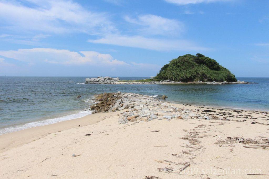 志賀島の勝浦海岸からわずかに海を隔てて浮かぶ沖津島