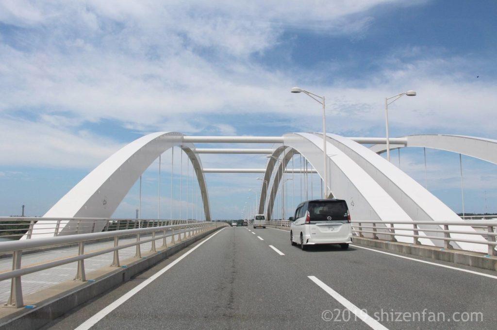 海の中道大橋のアーチ部分通行時の車道の様子