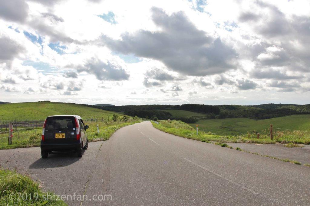豊富町営大規模草地牧場内の道路とサイドに停車中の車