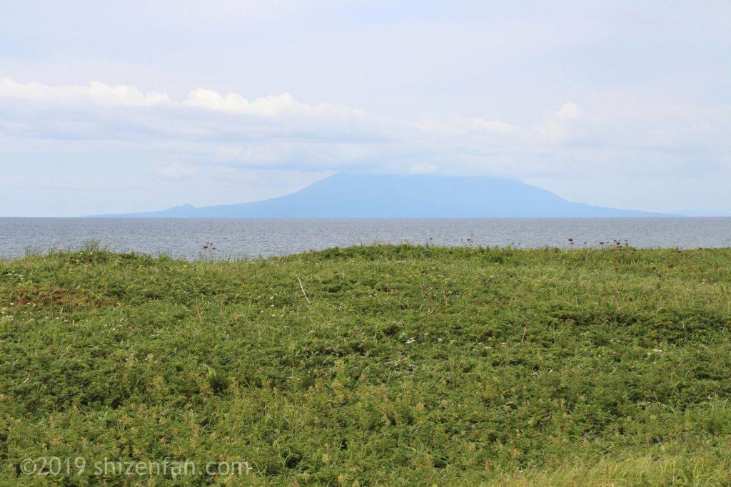 幌延町の北緯45度通過点モニュメントからの利尻富士(雲隠れ)
