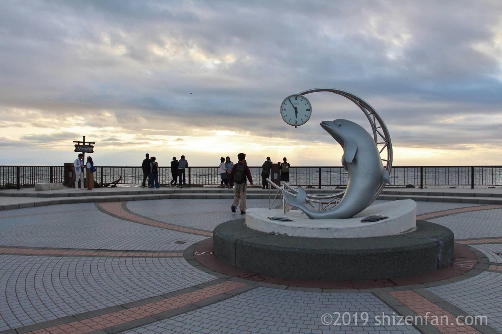 夕暮れの稚内のノシャップ岬、イルカの時計モニュメント