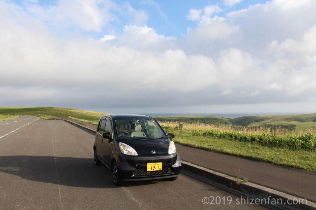 宗谷丘陵の道路脇に停車する車