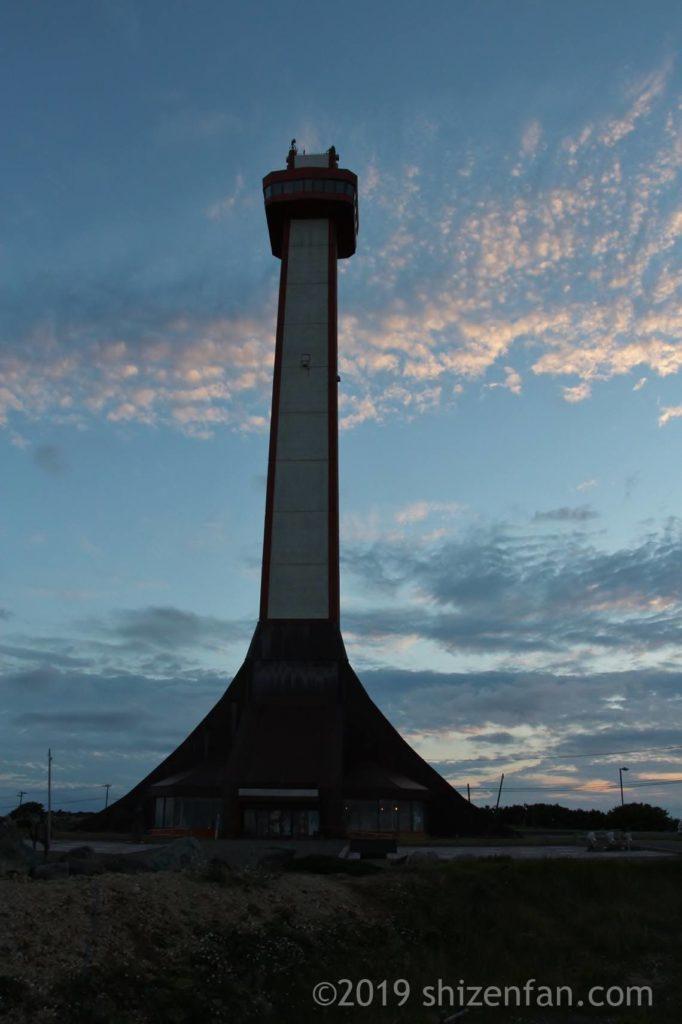 夕暮れの稚内公園の開基百年記念塔
