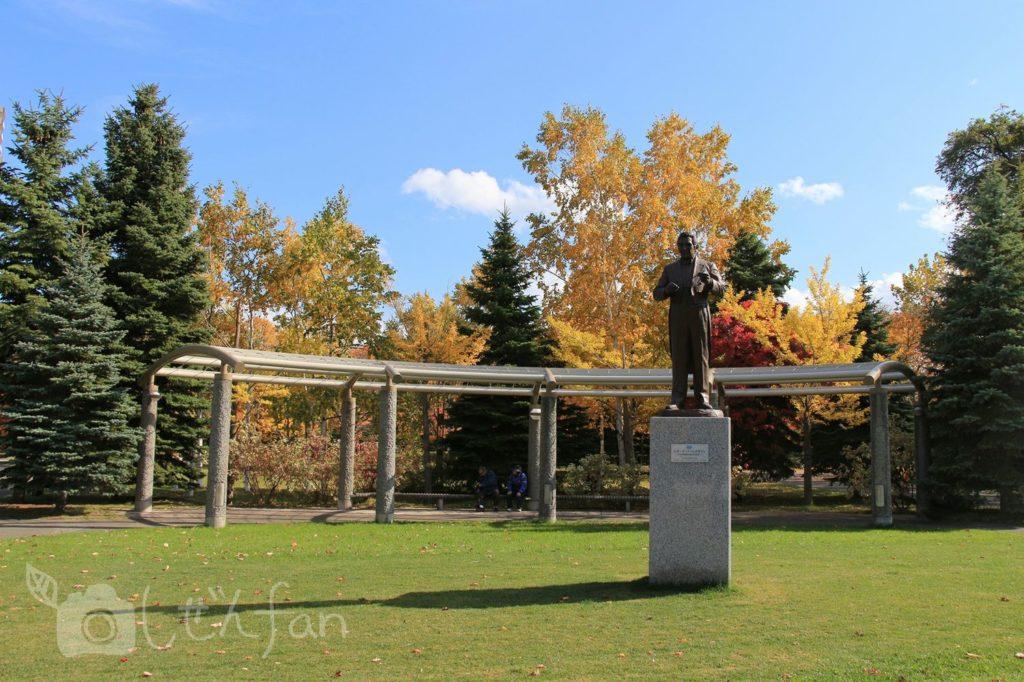 秋の札幌中島公園の芝生広場と銅像