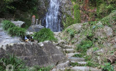 佐賀・清水の滝と観音像と石段