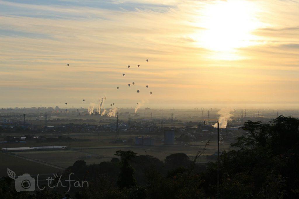 牛尾梅林から望む朝日とバルーン