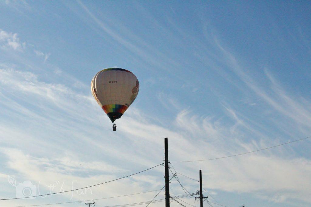 車から見るバルーンフェスタの朝景色