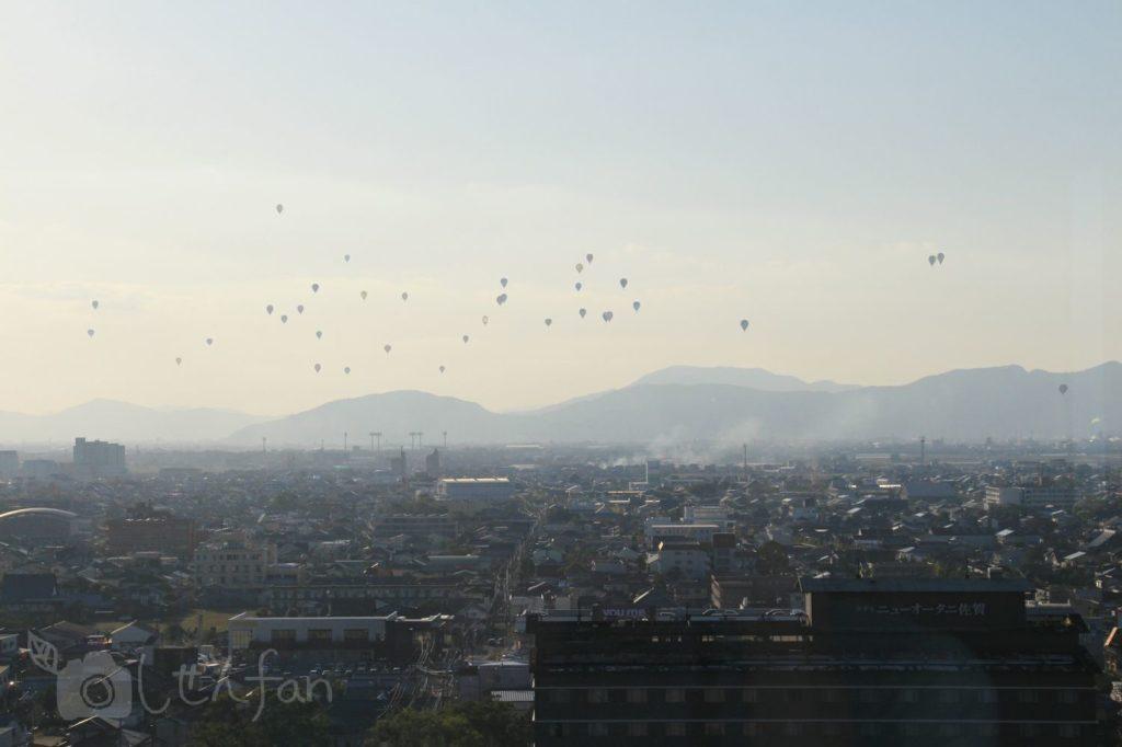 佐賀県庁展望ホールから遠めに眺めるバルーンフェスタ
