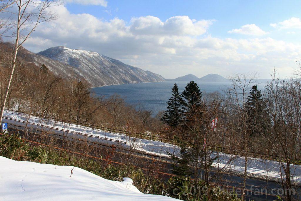 ポロピナイ展望台から望む冬の支笏湖