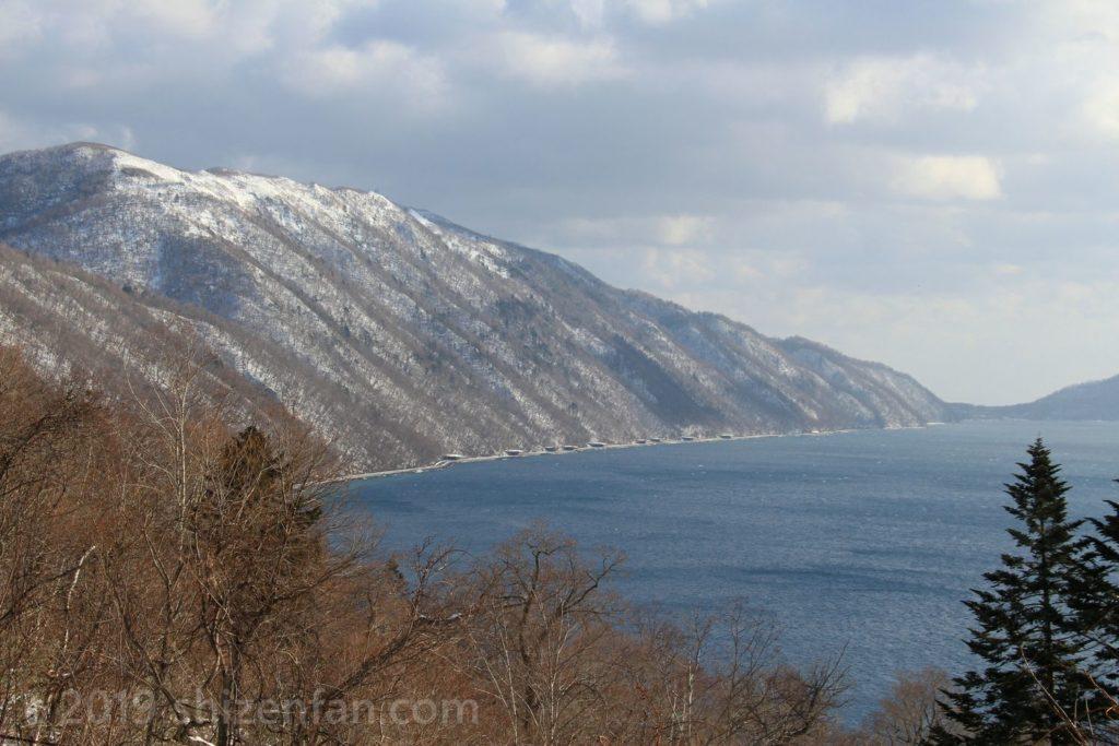 ポロピナイ展望台から望む冬の支笏湖と紋別岳