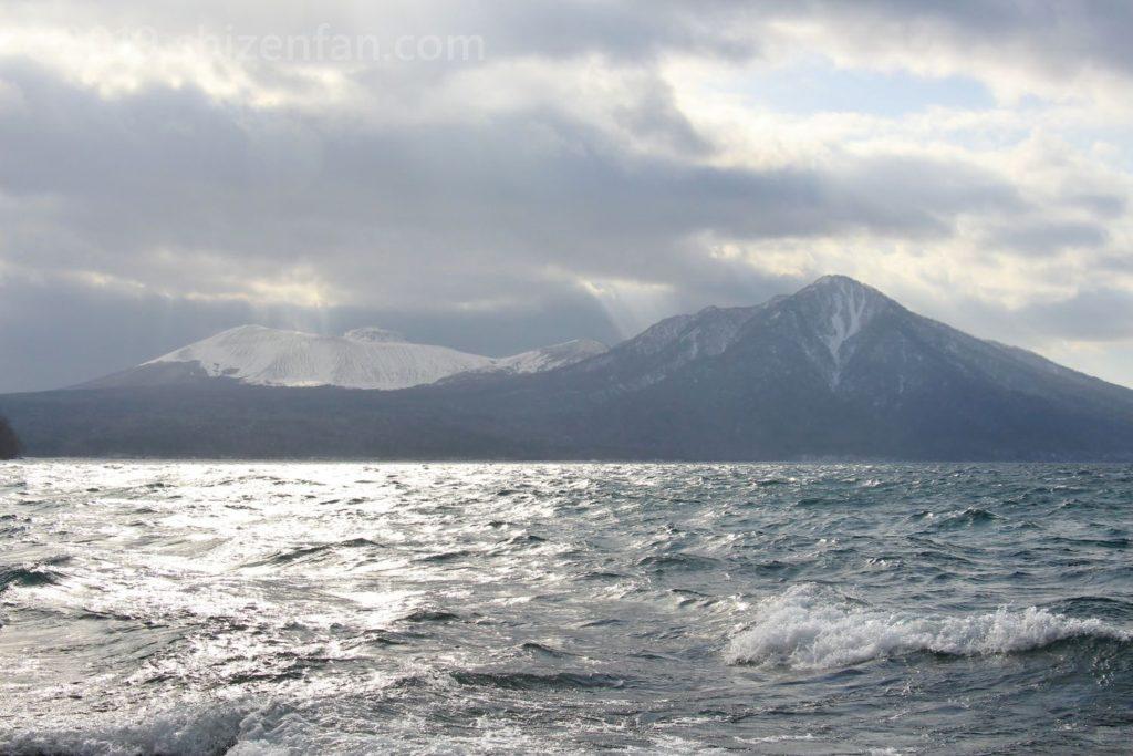 冬の支笏湖・風不死岳と樽前山